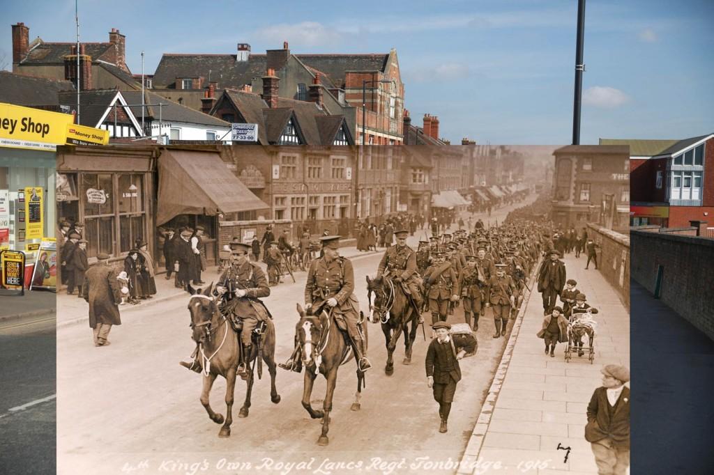 Kartu Pos Klasik Kita bisa melihat keadaan kota lama yang enggak berubah banyak tahun 1915 dengan saat ini. Foto ini adalah foto Raja berparade keliling kota bersama tentara regimen kebanggannya menuju Tonbridge.(Stefanie)