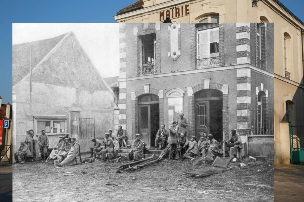 Kota Vareddes Di foto lama ini, terlihat pertarungan pertama terjadi. Para tentara sedang beristirahat sambil berjaga-jaga melindungi kota dan masyarakat sipil di hall kota Vareddes, Perancis. Dari serangan tentara Jerman di Perancis, 1914.